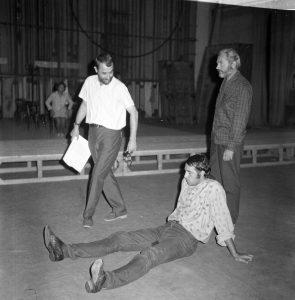 Radu Penciulescu conduce repetitiile pentru Regele Lear, colecția TNB, autor Ion Miclea, arhiva TNB, 1970