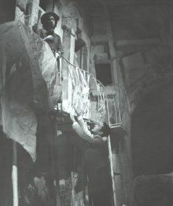 Valeria Seciu si Dan Condurache in Sa-i imbracam pe cei goi, scenografia Andrei Both, regia Catalina Buzoianu, arhiva Teatrul Mic 1978