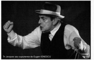 Csíky András în spectacolul Jacques sau supunerea Sursă foto: Csiky András - 80 de ani. Succint despre András Csiky în revista Teatrul azi nr. 11,12/2010, p. 34. https://biblioteca-digitala.ro/?articol=62332-csiky-andras-80-de-ani-succint-despre-andras-csiky
