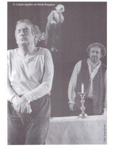 Csíky András în spectacolul Cabala bigoților Sursă foto: Péter Demény, Privind fumul de pipă sau despre András Csiky în revista Teatrul azi 5,6,7/2009, p. 100. https://biblioteca-digitala.ro/?articol=61266-privind-fumul-de-pipa-sau-despre-andras-csiky