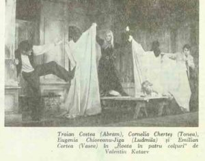 Roata – imagine din spectacolul Roata în patru colţuri (Squaring the Circle), Teatrul Municipal - Turda -23.12.1971, sursa foto: Revista Teatrul, Nr. 7/1972, pp. 48-50