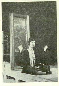 Ghicitor 1 – Elena Caragiu - imagine din spectacolul Povestea unui ghicitor, şi-a bogataşului furat, şi-a hoţului păgubitor, şi-a văduvei de lăudat, Teatrul Naţional 'Lucian Blaga' - Cluj-Napoca – 16.12.1973, sursa foto: Revista Teatrul, Nr. 1/1974, pp. 34-36