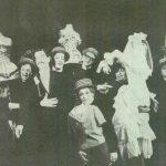 Caragiale – lonescu Cinci schiţe (dramatizare de Valeriu Moisescu după de I.L. Caragiale) şi Cântăreaţa cheală de Eugen lonescu, regia Valeriu Moisescu, 1965, Teatrul Mic Bucureşti (sursa foto: Teatrul, nr. 5 / 1965)