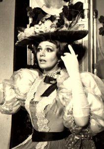 """Lady Bracknell în Bună seara, domnule Wilde! de Oscar Wilde, regia Alexandru Bocăneț, Teatrul """"Constantin I. Nottara"""", București, 1971"""