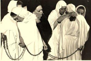 Repetiții din spectacolul O trilogie antică, regia Andrei Șerban, 1990, TNB, sursă foto: https://www.tnb.ro/ro/o-trilogie-antica-medeea#tabs-3