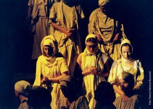 Secvență din spectacolul O trilogie antică, regia Andrei Șerban, 1990, TNB, sursă foto: https://www.tnb.ro/ro/o-trilogie-antica-medeea#tabs-3