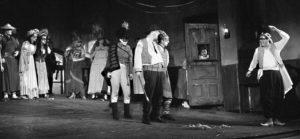 Scenă din D'ale Carnavalului, de I.L. Caragiale, 1966, regia Lucian Pintilie, Teatrul Lucian Sturdza Bulandra, București, sursa arhiva Agerpres, foto credit Armand Rosenthal