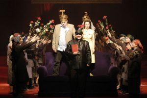 Fotografie realizată de Teatrul Mic şi Maria Ștefănescu din spectacolul O zi din viaţa lui Nicolae Ceuşescu. Sursa Amprente în Fest Naţional de Teatru