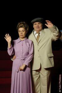 Fotografie realizată de Tudor Predescu din spectacolul O zi din viaţa lui Nicolae Ceauşescu. În fotografie apar Coca Bloos şi Florin Călinescu