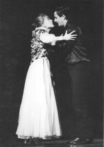 Ion Caramitru si Mariana Buruiana in Hamlet, regia Alexandru Tocilescu, Teatrul Bulandra